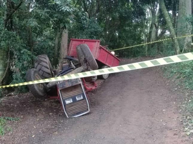 Trator capotou matando um homem no Country Club de Porto Alegre (Foto: Divulgação/BM)