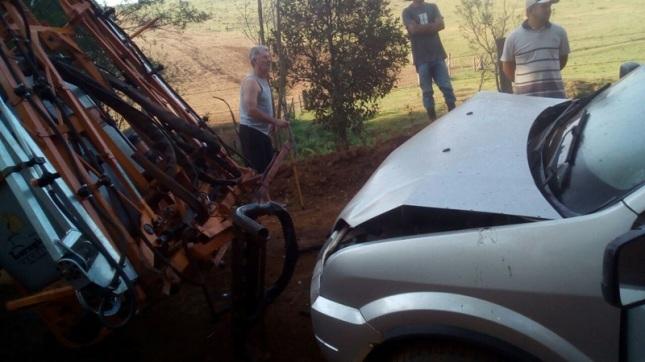 carro bateu violentamente na traseira de um implemento agrícola. Foto de divulgação